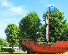 Макет парусника установлен на набережной Днепра