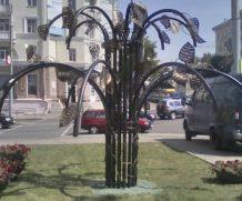 Два необычных дерева появились в Могилеве